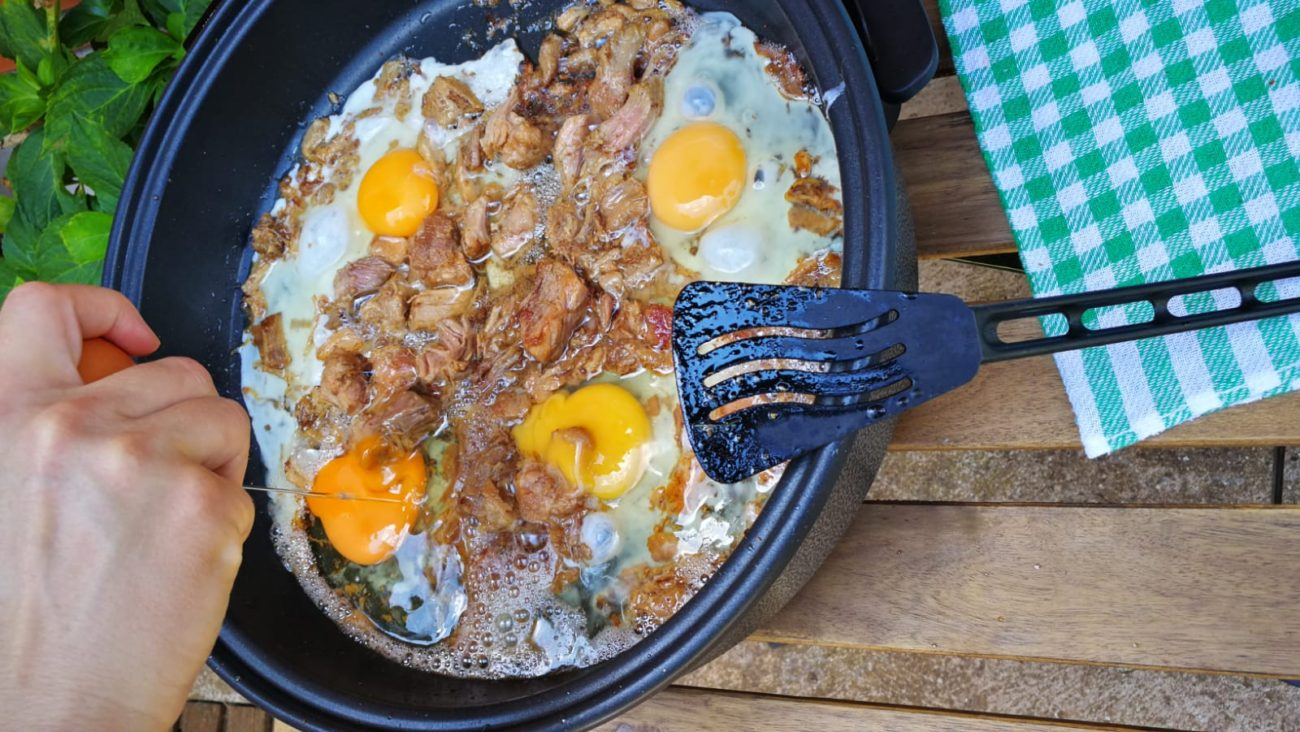 Huevos con carne mechada