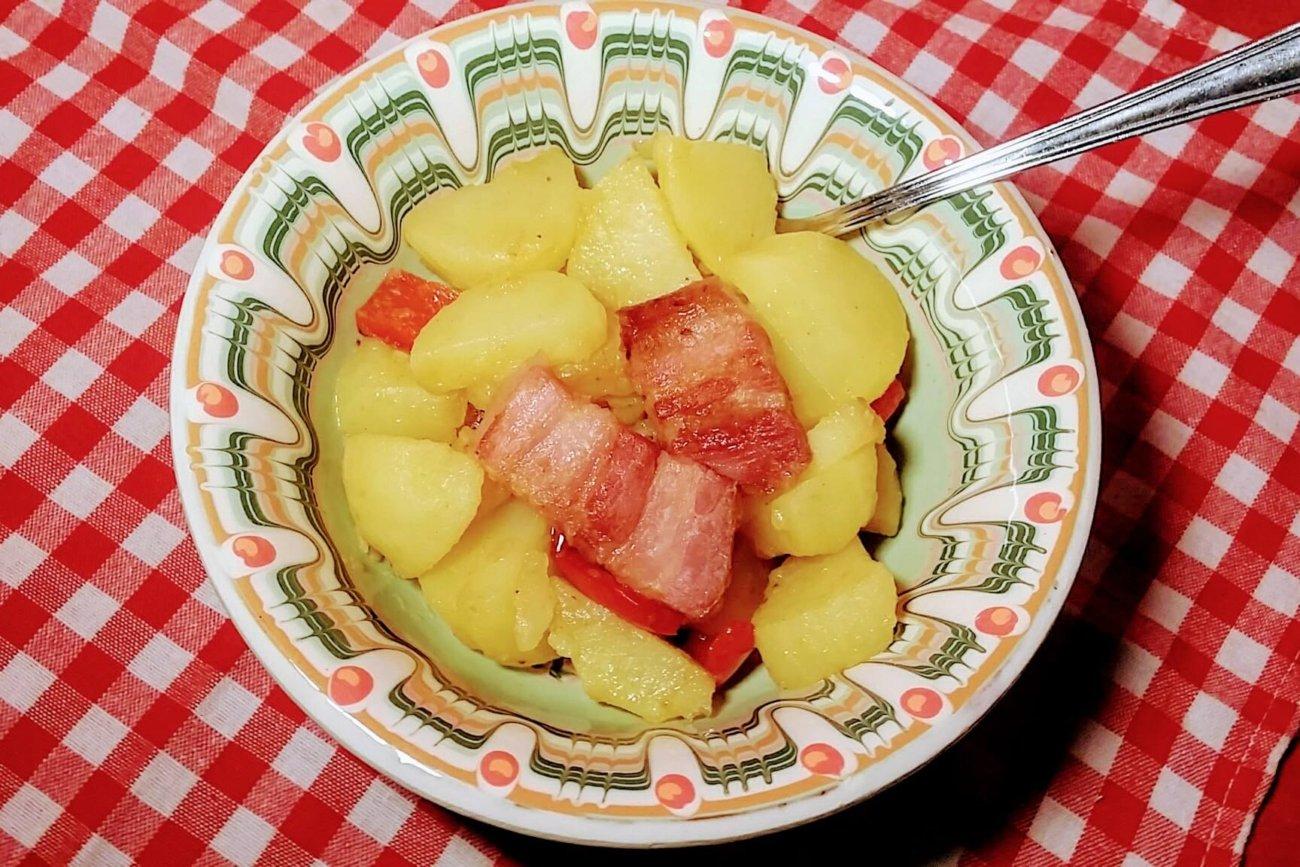 Patatas con bacon y pimiento rojo