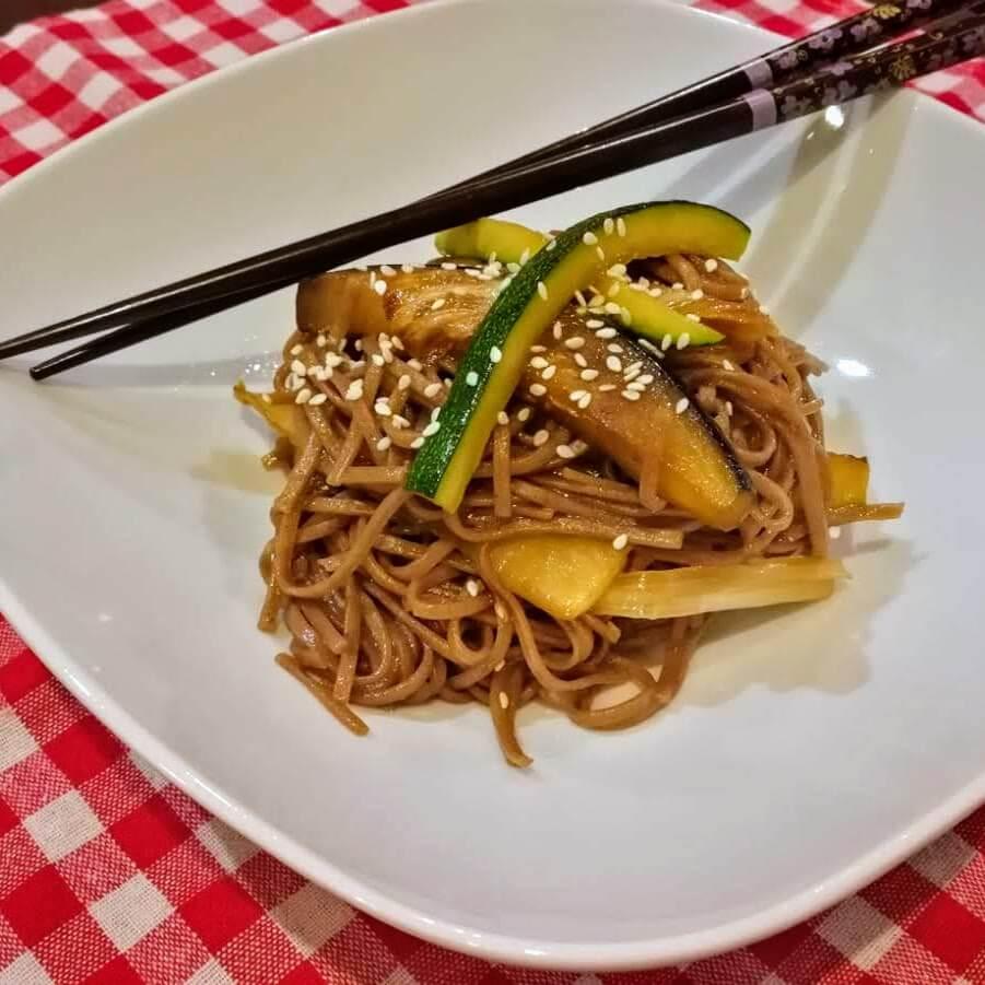 Wok de verduras con fideos soba