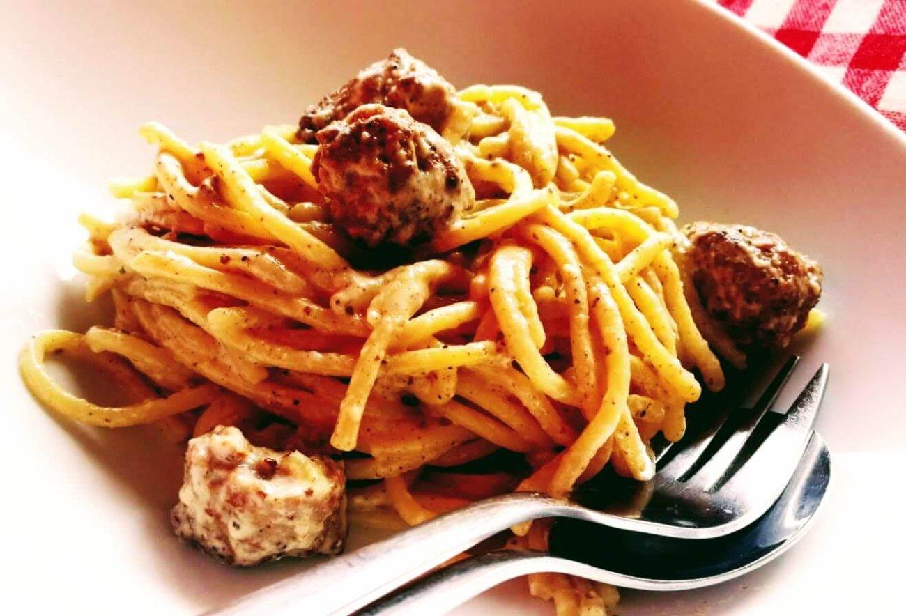 Espaguetis carbonara con albóndigas picantes
