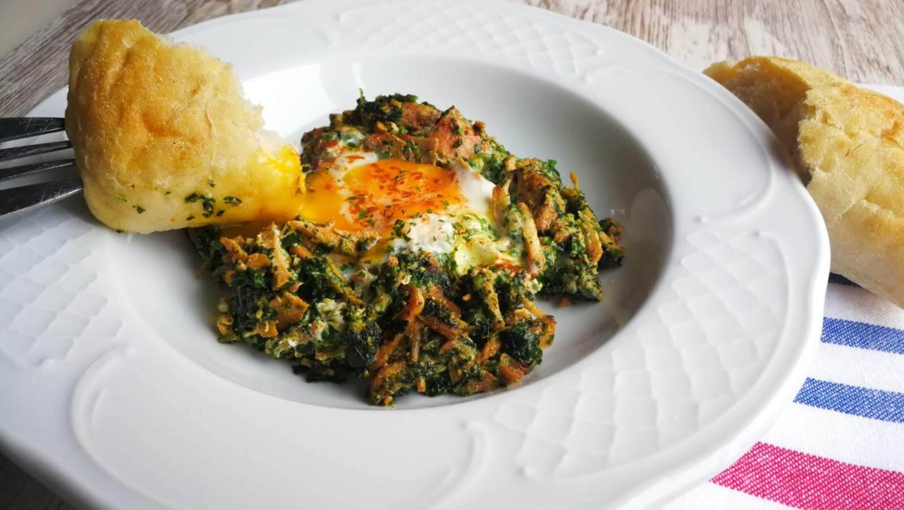 Carne mechada con huevo y espinacas