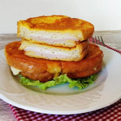 tostada francesa rellena de jamón y queso