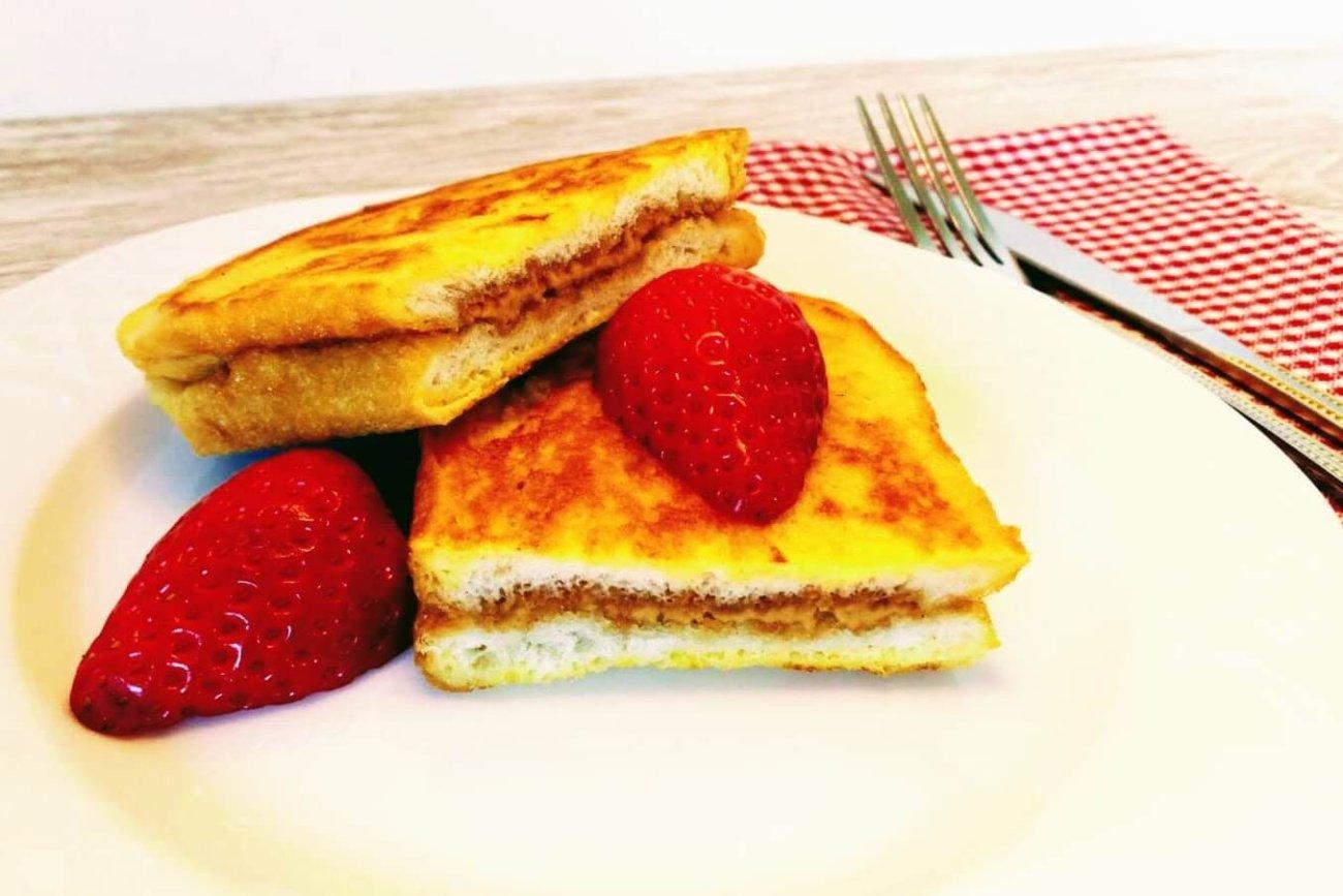 Tostada francesa rellena con mantequilla de cacahuete